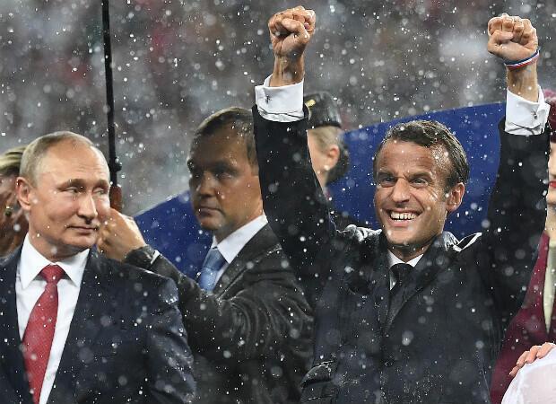 Emmanuel Macron montre sa joie auprès de Vladimir Poutine lors de la finale de la Coupe du monde en Russie, le 15 juillet 2018