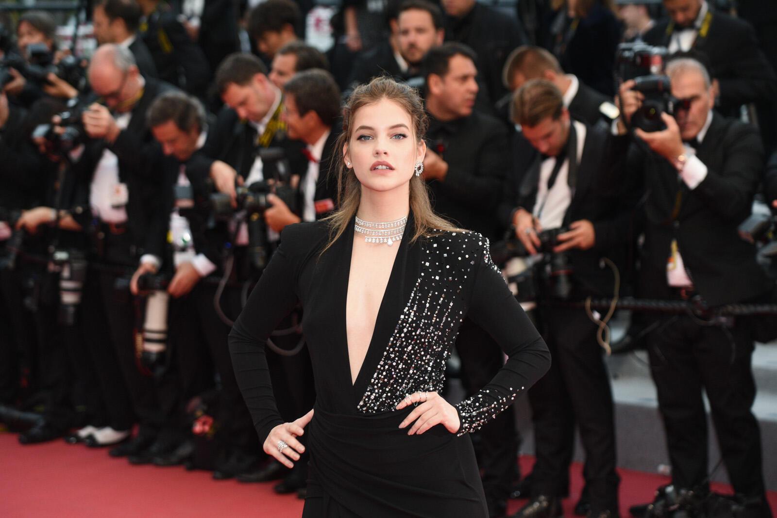 La modelo húngara Barbara Palvin posa en la alfombra roja antes del estreno de 'Burning'.