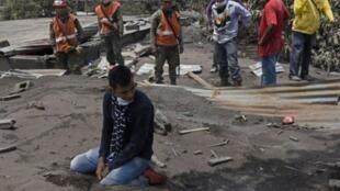 رجل يبكي خلال البحث عن أقارب بعد ثورة بركان فويغو، في بلدة سان ميغيل لوس لوتيس على بعد نحو 35 كلم جنوب غرب غواتيمالا العاصمة، في 7 حزيران/يونيو 2018