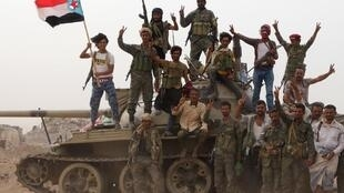 Des membres des forces séparatistes yéménites du Sud, soutenues par les Émirats arabes unis, lors d'affrontements avec les forces gouvernementales à Aden, le 10août2019.