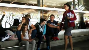 Pasajeros esperan en el aeropuerto de Buenos Aires tras la cancelación de los vuelos durante una huelga de trabajadores de Aerolíneas Argentinas el 8 de noviembre de 2018.