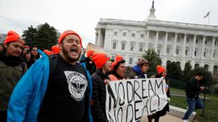 Manifestantes piden un de ley de inmigración dirigido a los llamados Dreamers se reúnen en el Capitolio en Washington, EE. UU. 20 de diciembre de 2017.