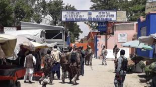 عناصر أمن أفغان في موقع الهجوم خارج مستشفى في كابول بتاريخ 12 أيار/مايو 2020