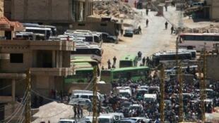 لاجئون سوريون يتجمعون في جرود عرسال في 2 آب/أغسطس استعدادا للانتقال إلى سوريا