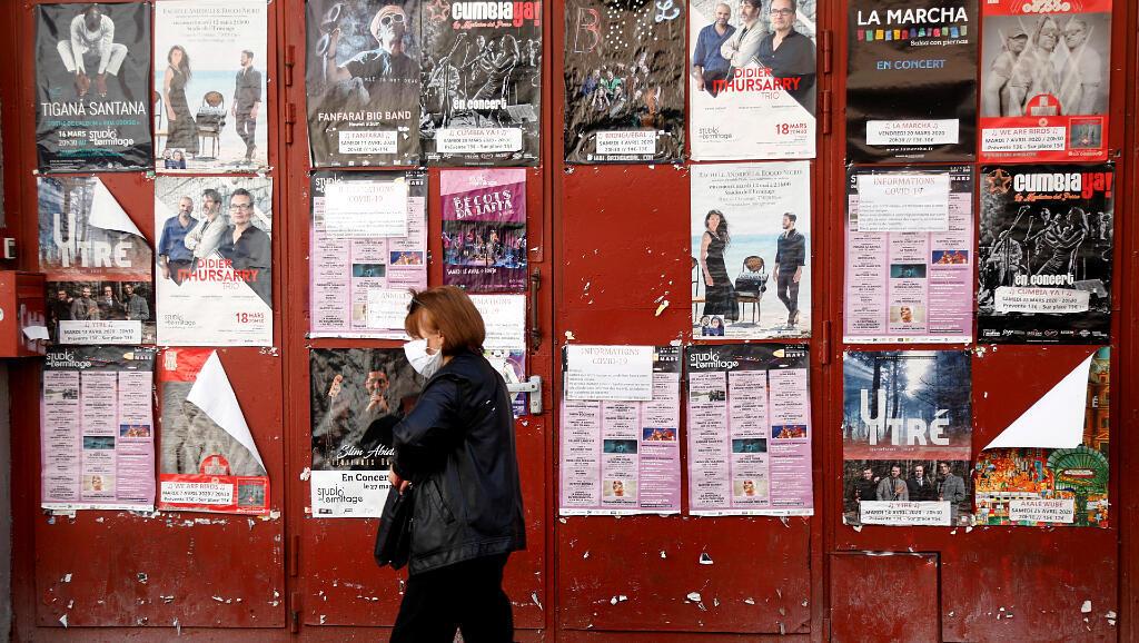 Una habitante pasa enfrente del teatro Studio de l'Errmitage el 6 de mayo de 2020, en París, Francia, que está cerrado a causa de la pandemia del Covid-19.