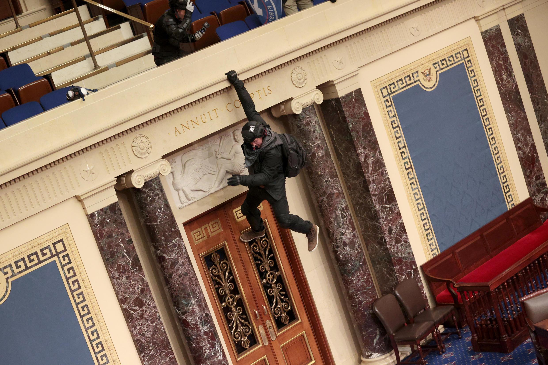 Un manifestant saute de plusieurs mètres pour pénétrer dans l'hémicycle.