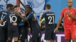 لاعبو المنتخب الفرنسي يحتفلون إثر فوزهم على بلجيكا وبلوغهم المباراة النهائية بكأس العالم
