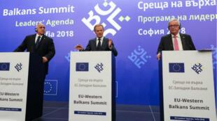 Le président du Conseil européen, Donald Tusk, encadré par le président de la Commission européenne, Jean-Claude Junker, et le Premier ministre bulgare, Boyko Borisov, pendant une conférence de presse à Sofia, le 17 mai 2018.