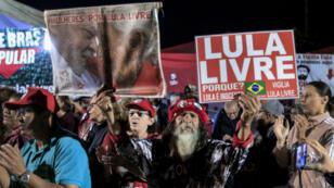 Los partidarios del ex presidente de Brasil, Luiz Inácio Lula da Silva, celebran la decisión de la Corte Suprema, el 7 de agosto de 2019, en Curitiba.