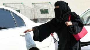 Una mujer saudita toma un taxi a la salida de un centro comercial en Riad, el 26 de octubre de 2014: desde junio de 2018, las mujeres en Arabia Saudita podrán conducir.
