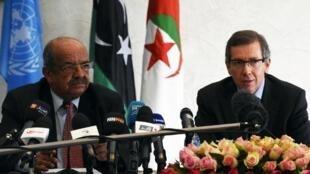 ممثل الأمم المتحدة في ليبيا برناردينو ليون (يمين) وعبد القادر مساهل الوزير الجزائري