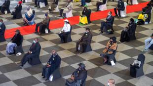 مشاركون في جنازة في جنوب افريقيا يحافظون على التباعد الاجتماعي