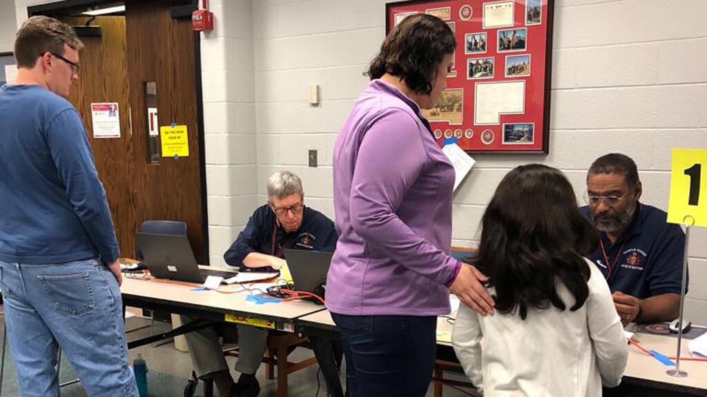 Claudia Carola Eslava ejerce su derecho al voto antes de la votación temprana en Franconia, condado de Alexandria, en Virginia.