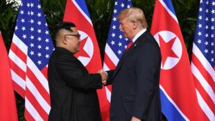 Poignée de main historique entre Kim Jong-un et Donald Trump, mardi à Singapour.
