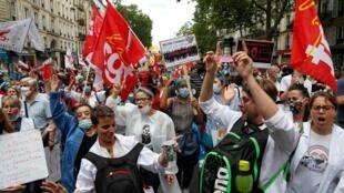 Des soignants manifestent à Paris, le 14 juillet 2020