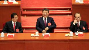 El ex presidente chino, Hu Jintao, el presidente chino, Xi Jinping, y el ex presidente chino, Jiang Zemin, reunidos en la versión 19º  del Congreso Nacional del Partido Comunista