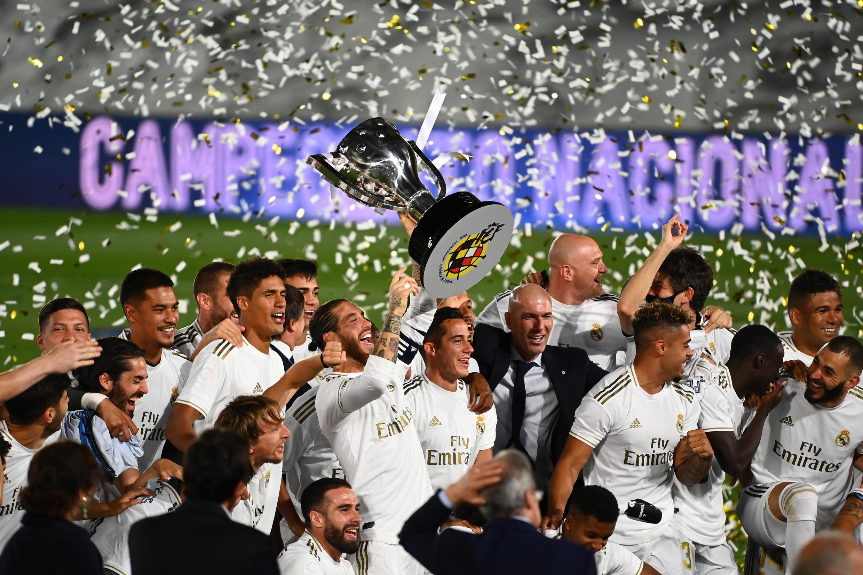Les joueurs du Real Madrid célébrant, après leur victoire à domicile face à Villarreal, leur 34e titre en championnat d'Espagne, le 16 juillet 2020.