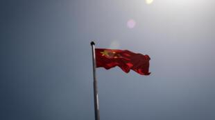 علم صيني يرفرف في بكين في 18 أيار/مايو 2020
