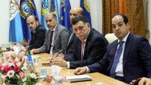Le chef du gouvernement d'union nationale, Fayez al-Sarraj (2e à droite), et des membres du Conseil présidentiel lors d'une réunion le 31 mars 2016 à Tripoli.