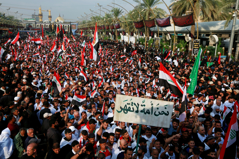 المسلمون الشيعة يرددون الشعارات ضد الفساد وهم يحيون ذكرى الأربعين في كربلاء، العراق ، 19 تشرين الأول/ أكتوبر2019.
