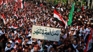 لمسلمون الشيعة يرددون الشعارات ضد الفساد وهم يحيون ذكرى الأربعين في كربلاء، العراق ، 19 تشرين الأول/ أكتوبر2019.
