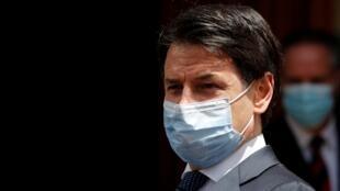 Archivo-El primer ministro italiano, Giuseppe Conte, utiliza una mascarilla, mientras abandona la sede del Senado, el 20 de mayo de 2020.
