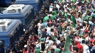 متظاهرون بالعاصمة الجزائرية وسط إجراءات أمنية مشددة، 26 يوليو/تموز 2019.