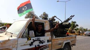 Des hommes de Fajr Libya a l'entrée de l'aéroport de Tripoli, en août 2014.