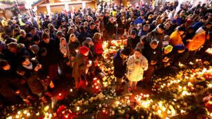Personas se reúnen en el lugar del atentado terrorista para participar en los homenajes, en Berlín, el 19 de diciembre del 2017.