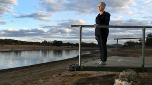 La alcaldesa del Consejo Regional de Southern Downs, Tracy Dobie, en un embarcadero abandonado en la presa casi vacía cerca de Stanthorpe, Queensland, Australia, el 25 de agosto de 2019.