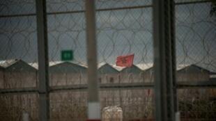 علم إسباني يرفرق خلف السياج الحدودي بين المغرب وإسبانيا في جيب سبتة