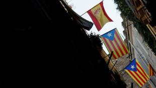 Banderas españolas y catalanas en las calles de Barcelona. 16/10/2017