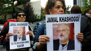 Activistas de derechos humanos sostienen fotografías del periodista saudita Jamal Khashoggi durante una protesta frente al Consulado Saudí en Estambul, Turquía, el 9 de octubre de 2018.