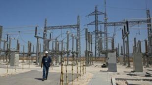 أحد العمال أمام الموقع الذي ستبنى فيه محطة كهرباء جديدة في الجلمة قرب جنين بالضفة الغربية المحتلة