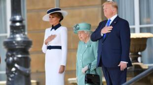 Donald Trump y  Melania Trump, junto a la reina Isabel II en los protocolos de bienvenida en el Palacio de Buckingham, en Londres, Reino Unido. 3 de junio de 2019.
