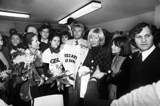 En 1974, Johnny a soutenu la candidature de VGE. Sur la photo, de gauche à droite : Anne-Aymone Giscard d'Estaing, Valérie-Anne Giscard d'Estaing, Johnny Hallyday, Danièle Gilbert, Chantal Goya et Jean-Jacques Debout.