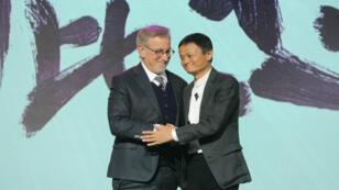 Steven Spielberg et Jack Ma lors de l'annonce du partenariat entre Amblin Partners et Alibaba Pictures, le 9 octobre 2016 à Pékin, en Chine.