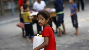 Une jeune Palestinienne réfugiée dans une école de Gaza, le 18 juillet 2014