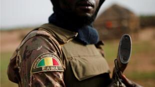 Un soldado maliense en el marco de la la Operación Barkhane en Ndaki, Malí , el 29 de julio de 2019.