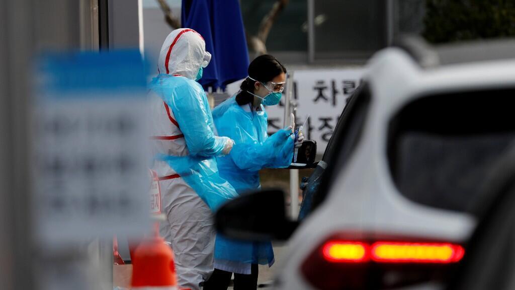 Una enfermera toma muestras de saliva de los conductores para hacer exámenes de Covid-19 en un centro de pruebas donde todos los ciudadanos podían acercarse a realizarse el test, en el Centro Médico de la Universidad de Yeungnam en Daegu, Corea del Sur. 3 de marzo de 2020.