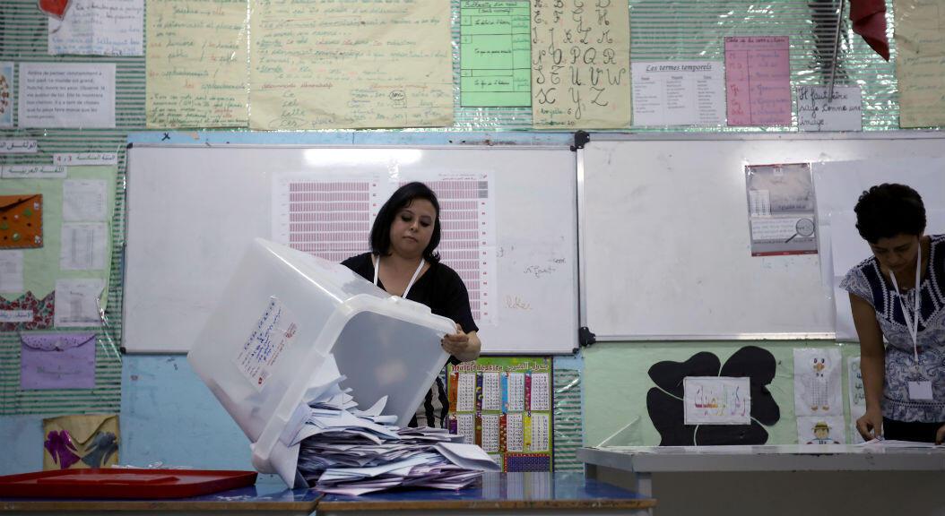 Una funcionaria electoral vacía una urna después de que concluyeron las elecciones presidenciales, en Túnez, Túnez, el 15 de septiembre de 2019.