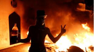 Manifestantes queman el consulado de irán en la ciudad de Nayaf este 27 de noviembre de 2019