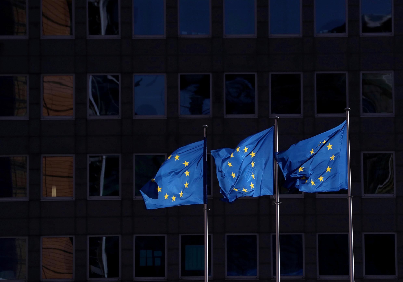 أعلام الاتحاد الأوروبي ترفرف خارج مقر المفوضية الأوروبية في بروكسل، بلجيكا، 19 فبراير/ شباط 2020.