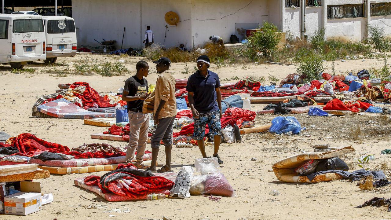 Migrantes caminan a las afueras del centro de detención Tajoura, en la capital, Trípoli, el 3 de julio de 2019, luego de un ataque aéreo que dejó decenas de muertos.