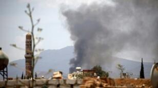 الدخان يتصاعد إثر غارة جوية شنها التحالف العسكري على العاصمة صنعاء في 5 نيسان/أبريل