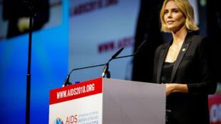 الممثلة شارليز ثيرون خلال المؤتمر الدولي حول الإيدز في أمستردام، 24 تموز/يوليو 2018