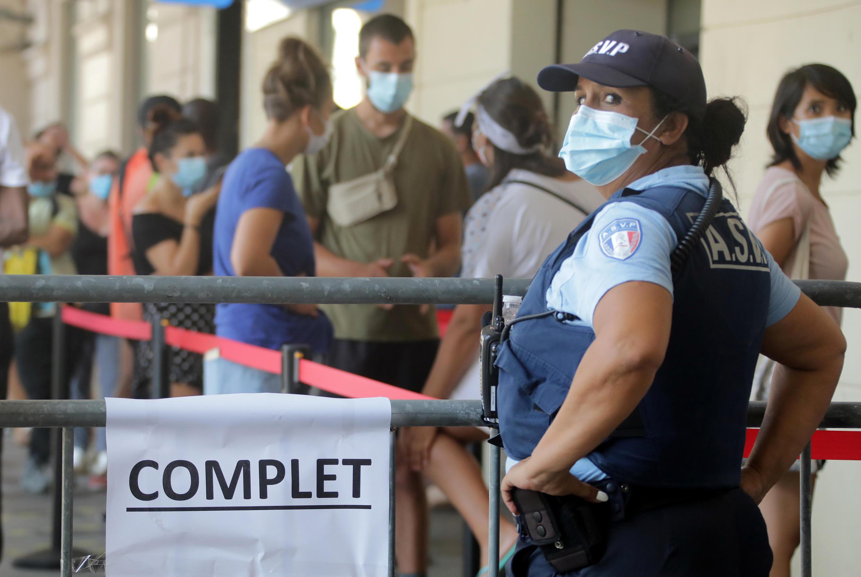 En plus de Paris, le Sud-Est est également en proie à une recrudescence de cas de Covid-19. Ici, un site de dépistage affiche complet, à Nice, le 24 août 2020.