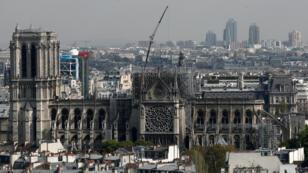Dos días después del incendio, los bomberos siguen trabajando en la remoción de escombros en la Catedral de Notre Dame de París el 17 de abril de 2019.