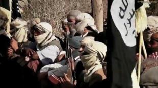 """صورة ملتقطة من فيديو لمسلحين منضوين تحت لواء """"القاعدة"""""""