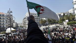Le drapeau algérien brandi lors d'une manifestation à Alger, le 3avril2019.